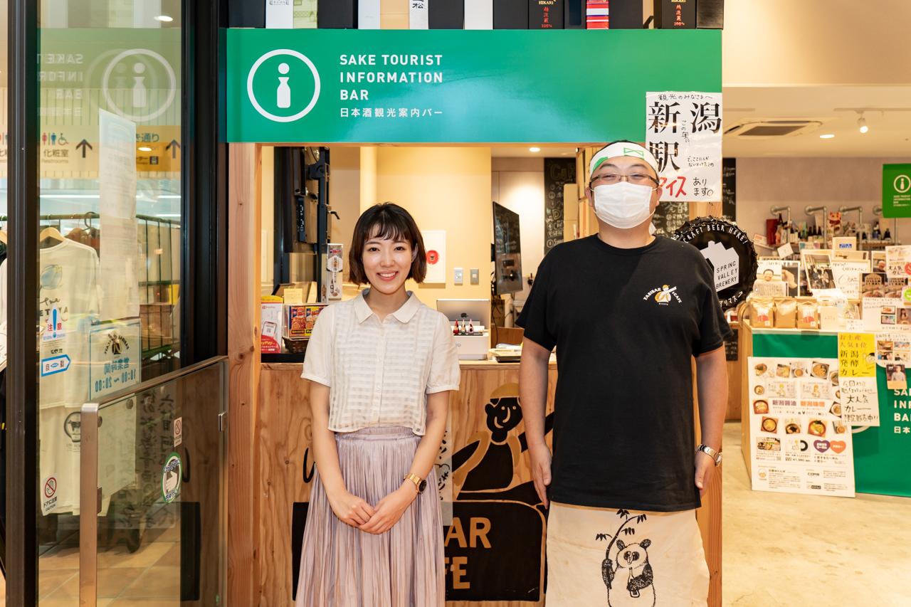 日本酒観光案内バー前の木村大使と久保田さん